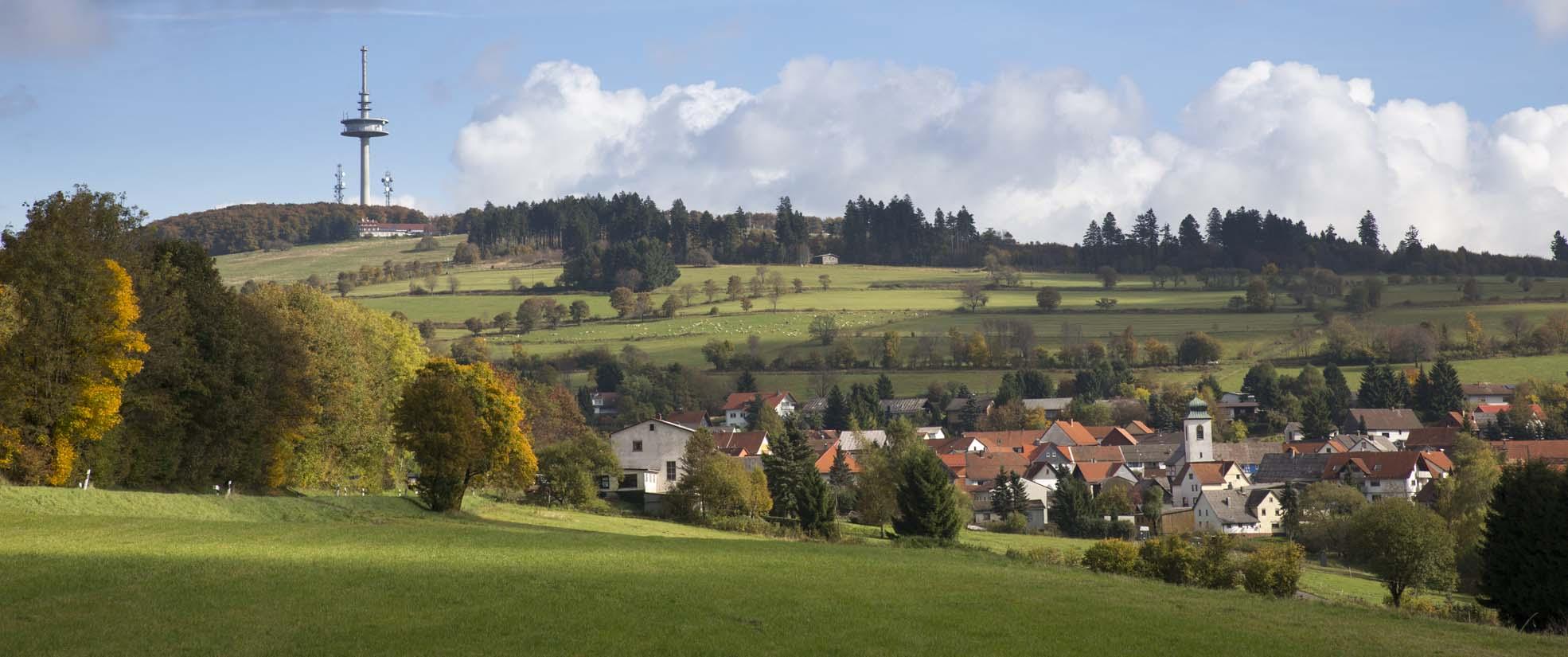 Blick über Breungeshain zum Hoherodskopf
